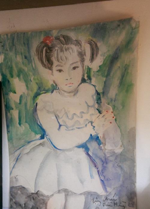 Vẽ tranh cũng là niềm đam mê của nữ diễn viên. Cô trang trọng treo bức tranh do một người cô kính trọng tặng cho.