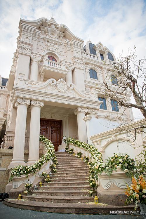 Wedding planner từ Hà Nội đã huy động hơn 100 người, làm việc liên tục trong hơn 12 tiếng để trang trí cho buổi lễ. Tư gia nhà trai có 4 tầng, mọi ngõ ngách bên trong đều được làm đẹp bằng hoa tươi. Mỗi tầng của biệt thự là một tác phẩm hoa theo phong cách châu Âu khác nhau.
