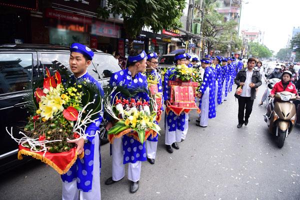 Khoảng 9h, đoàn bê tráp của nhà trai mặc trang phục truyền thống xuất hiện tại nhà gái. Gia đình nhà trai đã chuẩn bị 21 mâm lễ vật để xin dâu.