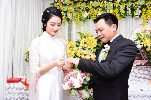 Trong lễ rước dâu sáng nay, Hoa hậu Thu Ngân và đại gia Doãn Văn Phương cùng trao nhẫn, chính thức trở thành vợ chồng.