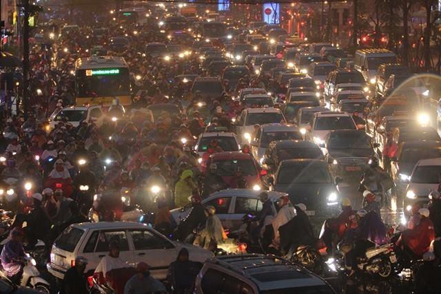 17h30, các phương tiện càng ken đặc nghẹt thở khu vực Xã Đàn hướng Ô Chợ Dừa
