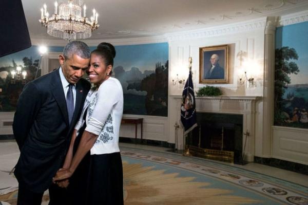 Đệ nhất phu rúc vào người chồng trong phòng tiếp tân của Nhà Trắng năm 2015.