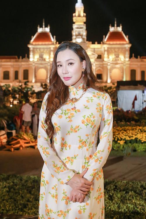 Hồ Quỳnh Hương diện áo dài tông trắng họa tiết hoa trông nhẹ nhàng, thanh lịch. Cô kết hợp cùng bộ trang sức đính kết hình hoa sen với ý nghĩa đón một năm mới bình an, hạnh phúc cho mình và mọi người.