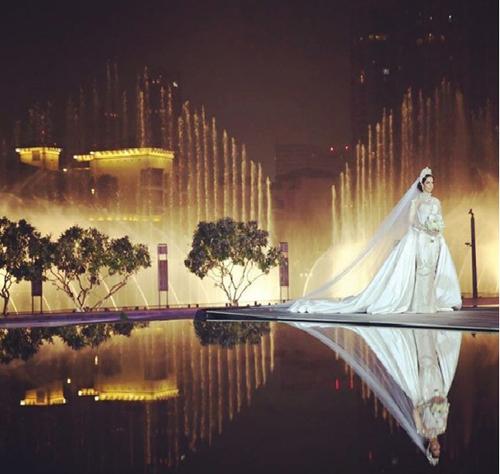 Màn trình diễn nhạc nước khi cô dâu bước về phía chú rể.