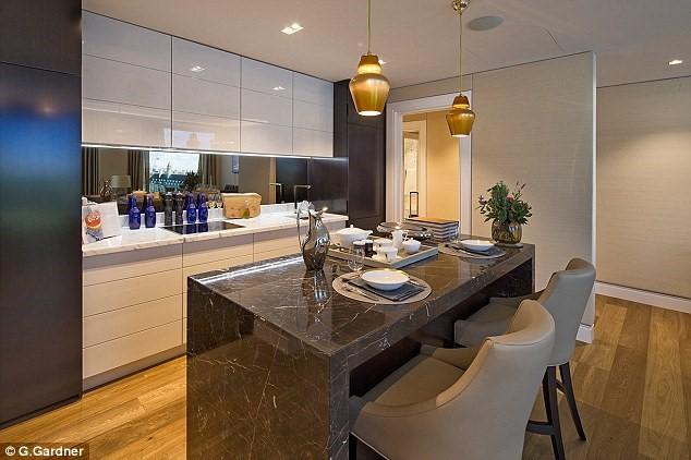 Toàn bộ thiết bị phòng bếp đều thuộc hàng cao cấp nhất. Tuy nhiên, theo nhiều chuyên gia bất động, giá trị của nhóm căn hộ chủ yếu nằm ở vị trí đắc địa chứ không phải ở nội thất.