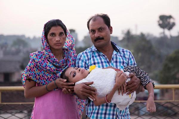 Ghazala dành 24 tiếng một ngày để chăm sóc cho Sabal, cô con gái cả trong số 6 đứa con gái của mình, từ khi Sabal bắt đầu tỉnh dậy từ buổi sáng cho tới khi đi ngủ.