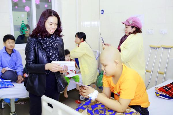 Vợ cố nhạc sĩ Đường đến ngày vinh quang đến tận giường bệnh để hỏi thăm sức khỏe của từng bệnh nhi.