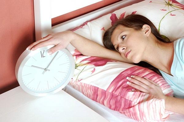 Ngoài việc kê thuốc theo toa, thuốc ngủ và các chất bổ sung melatonin, bác sĩ cũng có thể khuyên bạn nên thay đổi hành vi như tránh caffein trước khi đi ngủ.