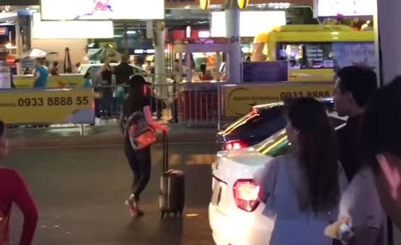 Nữ ca sĩ này diện đồ đơn giản nhanh chóng rời sân bay để lên xe đã chờ sẵn phía ngoài.