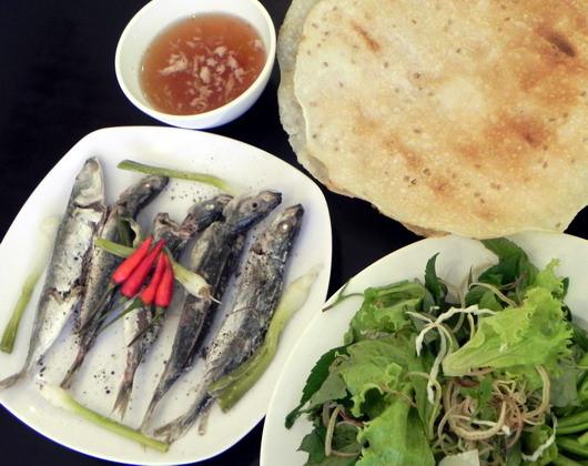 Cá nục cuốn bánh tráng chấm cùng nước mắm hay nước cá kho là món ăn quen thuộc của người miền Trung. Lý tưởng nhất là cá nục có kích thước chừng ngón tay cái. Nếu cá lớn hay nhỏ hơn, món ăn sẽ mất ngon.