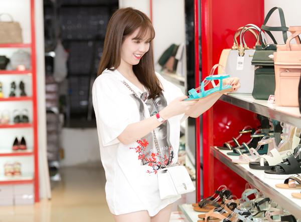 Nữ người mẫu cũng ngắm nghía, chọn mua vài đôi dép sandal để đi lại cho thoải mái.