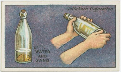 Rửa sạch mặt trong của chai thủy tinh đơn giản bằng cách dùng cát và nước lắc mạnh. Cái chai sẽ sạch bong.