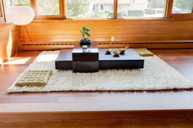 Người Nhật luôn chú trọng văn hóa thưởng trà. Họ thường chọn lựa cho căn phòng một chiếc bàn chân thấp xinh xắn, xung quanh được trải nệm hoặc chiếu tatami truyền thống.