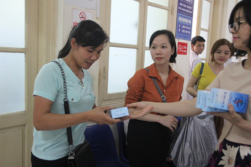 Người nhà bệnh nhân xúc động nhận chai Boni-Smok