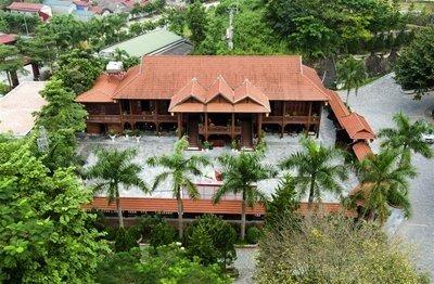 Toàn cảnh ngôi nhà sàn gỗ lim nhìn từ trên cao.
