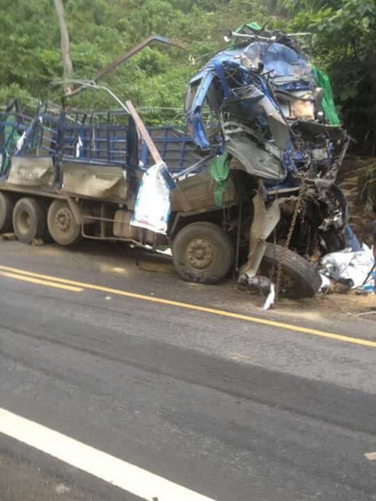 Phần đầu xe bị biến dạng sau vụ tai nạn. (Ảnh: HXTTB)