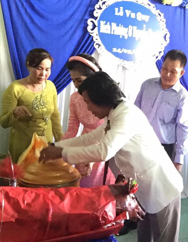 Nguyễn Tranh mang heo quay và sính lễ đầy đủ theo phong tục truyền thống gồm trà, rượu, trái cây, bánh kẹo... tới nhà gái.