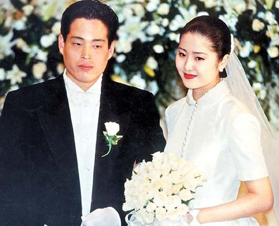 Go Hyun Jung và Chung Yong Jin trong đám cưới.