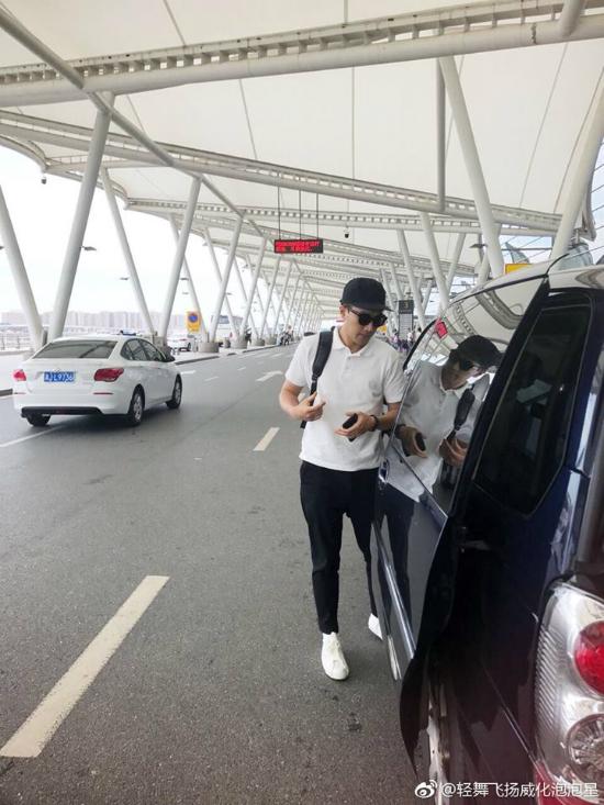 Lưu Khải Uy rời khỏi sân bay để về nhà.