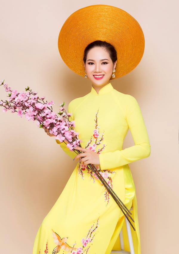 Xen kẽ hoa văn cung đình là những cành hoa đào hay con cá, biểu tượng hình ảnh uyên ương ngày cưới.