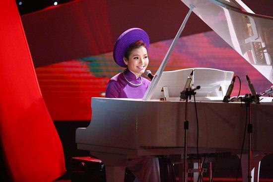 Phương Trinh Jolie trổ tài chơi piano bài Qua cầu gió bay.
