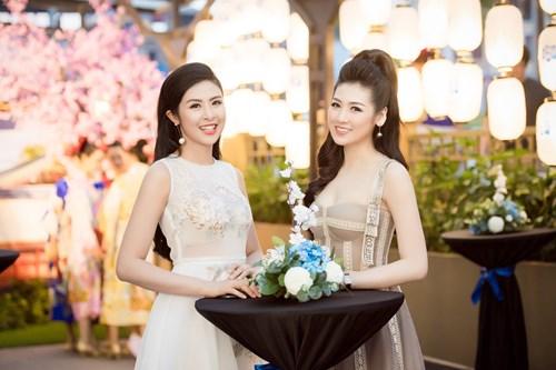 Hai người đẹp vốn là những người chị em rất thân thiết ngoài đời thường.