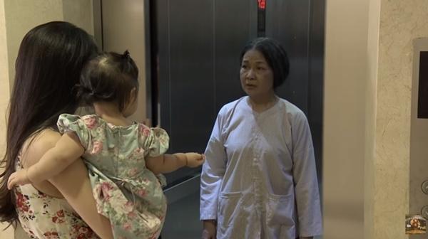 Bà Điều chào mẹ con Trang để về quê...