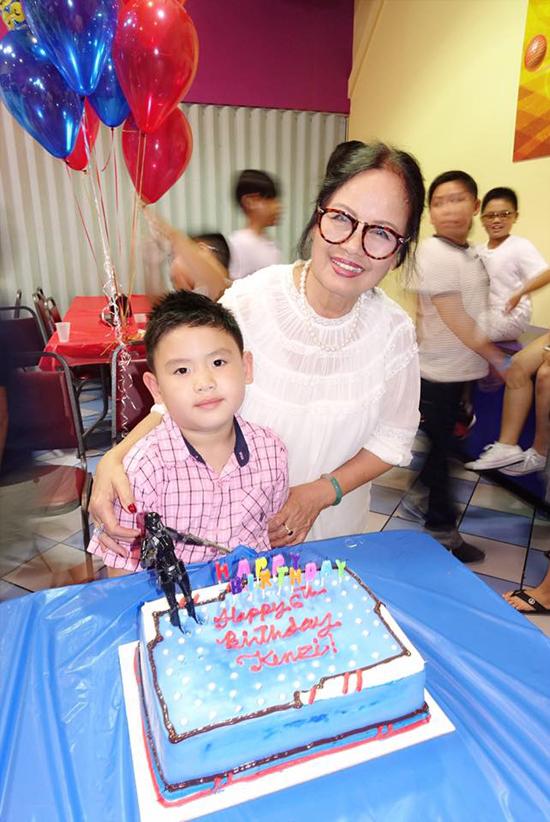 Mẹ Bằng Kiều cũng có mặt trong ngày cháu nội Kenzi bước sang tuổi mới.