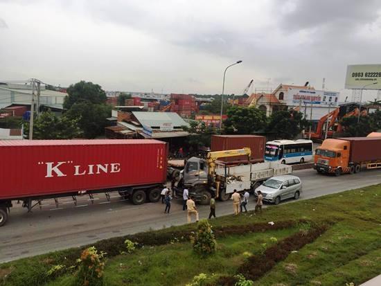 Gần 2h mắc kẹt, phụ ô tô tải mới được người dân giải cứu, đưa đi bệnh viện cấp cứu