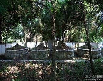 4 ngôi mộ trong sân vườn.