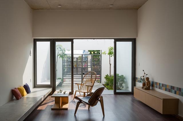 Căn nhà có nội thất đơn giản, hiện đại, tạo cảm giác thoáng mát.