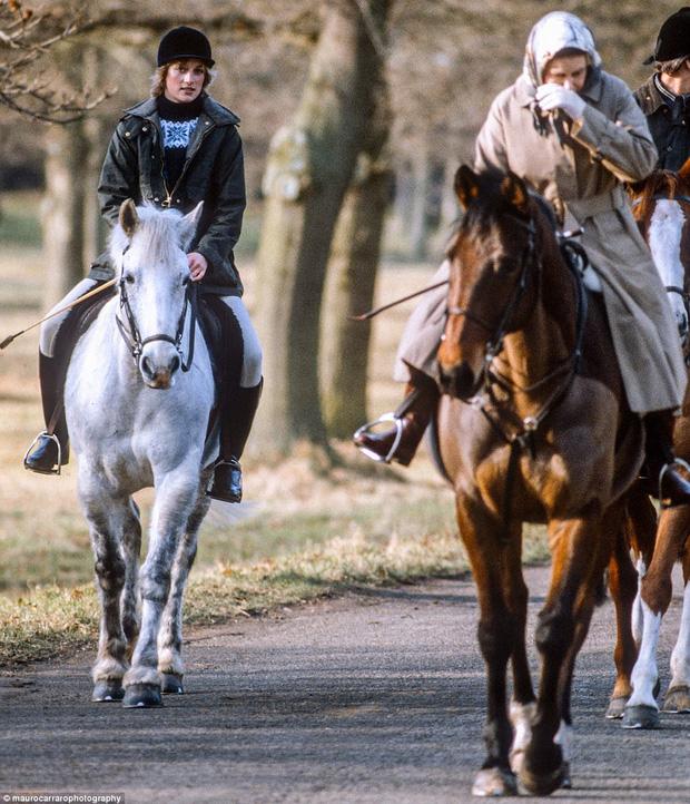 Công nương Diana lúc này mới 21 tuổi đang cưỡi ngựa cùng Nữ hoàng Anh tại Sandringham.