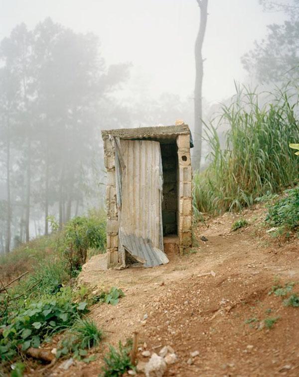 Những kiểu nhà vệ sinh tạm bợ ở Haiti cũng được đăng tải.