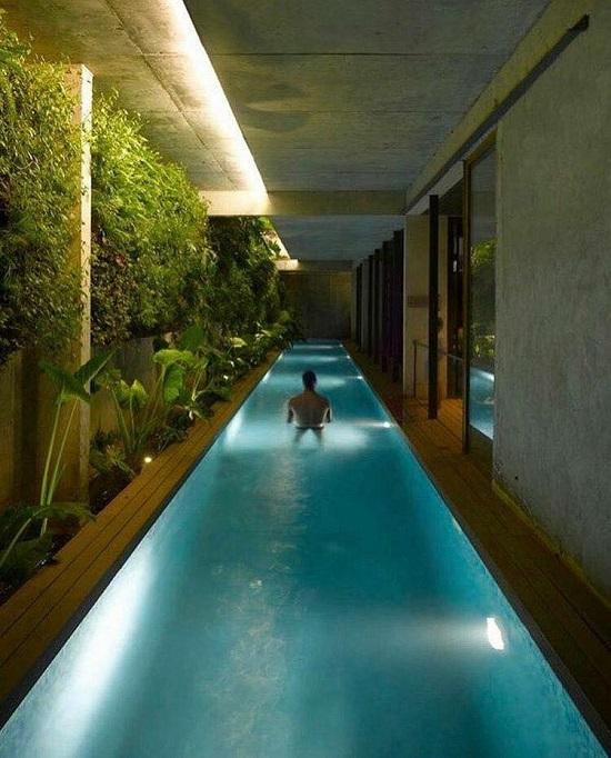 Thiết kế hồ bơi dọc lối đi thế này vừa đáp ứng được nhu cầu sử dụng vừa tiết kiệm diện tích đáng kể.