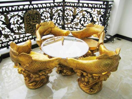 Bộ bàn ghế lạ mắt với hình cá chép được dát vàng thể hiện vẻ quyền quý. Ảnh: Dân Việt.