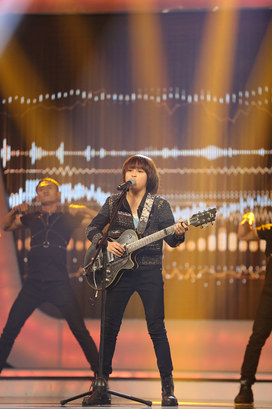 Trong đêm gala vào tối 11/8, Thiên Khôi đã khiến sân khấu Idol Kids trở nên bùng nổ với màn hoá thân thành rocker.