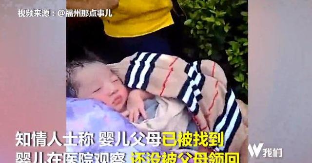 Đứa bé được người qua đường bế trong khi chờ đội ngũ y tế.