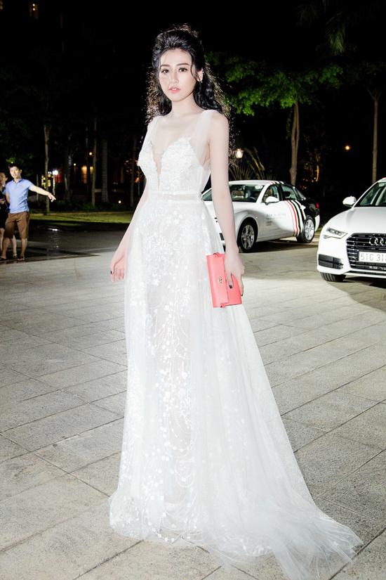 Trước đó, Tú Anh diện đầm trắng thướt tha như nàng công chúa khi xuất hiện trong event của thương hiệu mà cô làm đại sứ.
