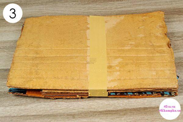 Đợi một thời gian, bạn sẽ thấy mối đến ăn tấm bìa các tông, lúc đó hãy đem tấm bìa đi đốt rồi tiếp tục đặt tấm khác lên. Làm như vậy một vài lần, ổ mối sẽ bị tiêu diệt gọn.
