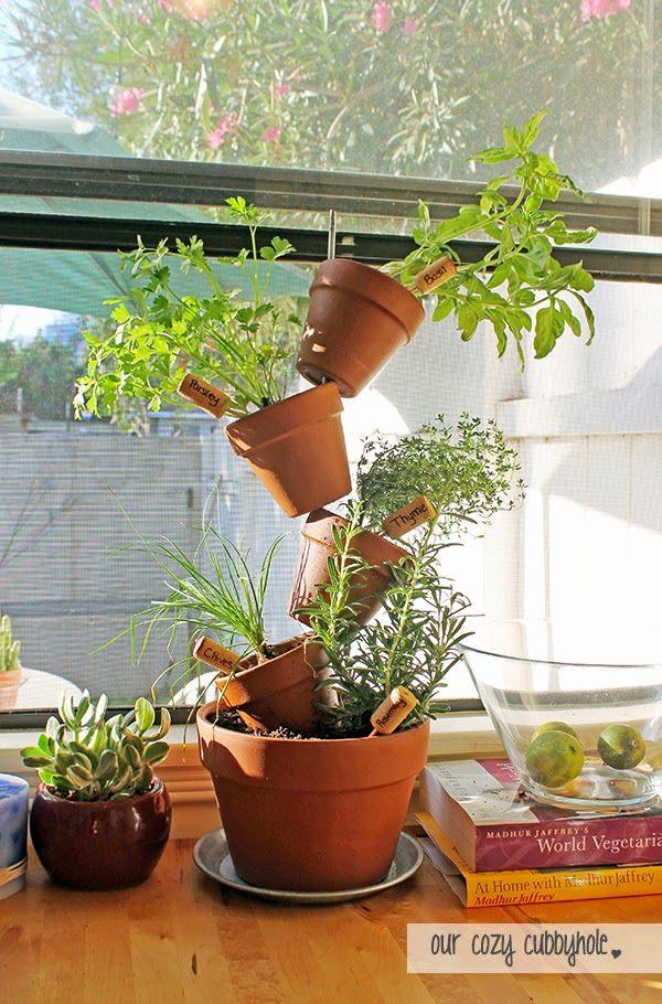 Nếu bạn chỉ có thể trồng cây ở những không gian nhỏ hẹp như ban công, hãy thủ dùng một thanh thép thật chắc làm giá đỡ chính, xuyên dọc qua các chậu gốm được xếp sole nhau xem sao?
