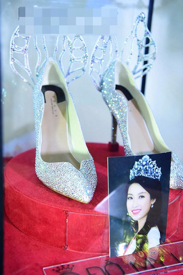 Nơi đáng chú ý nhất, Đỗ Mỹ Linh trưng bày vương miện và kỷ vật của cô tại cuộc thi Hoa hậu Việt Nam 2016.