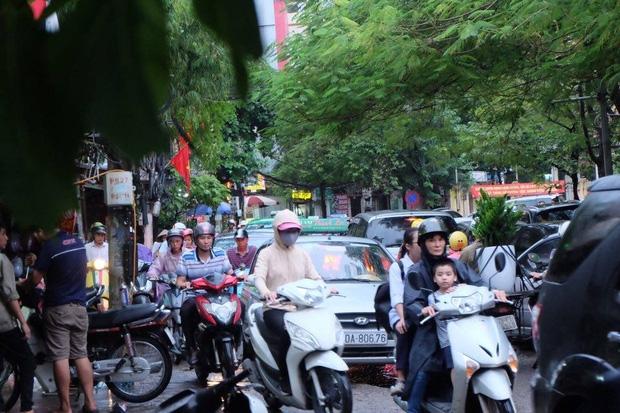 Tại đoạn đường Lê Văn Lương, dòng người ngược chiều tìm lối đi sau mưa.