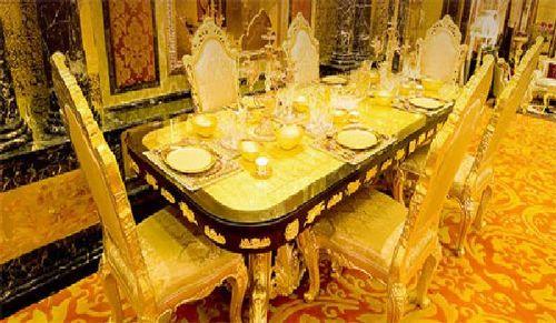 Bàn ăn dát vàng đến từng chiếc đĩa