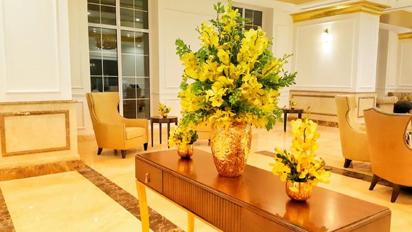 Bình cắm hoa cũng dát vàng sang chảnh, ton - sur - ton với đồ nội thất.
