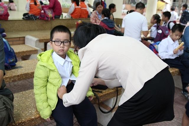 Em nhỏ này còn được mẹ mặc chiếc áo đại hàn đến lớp