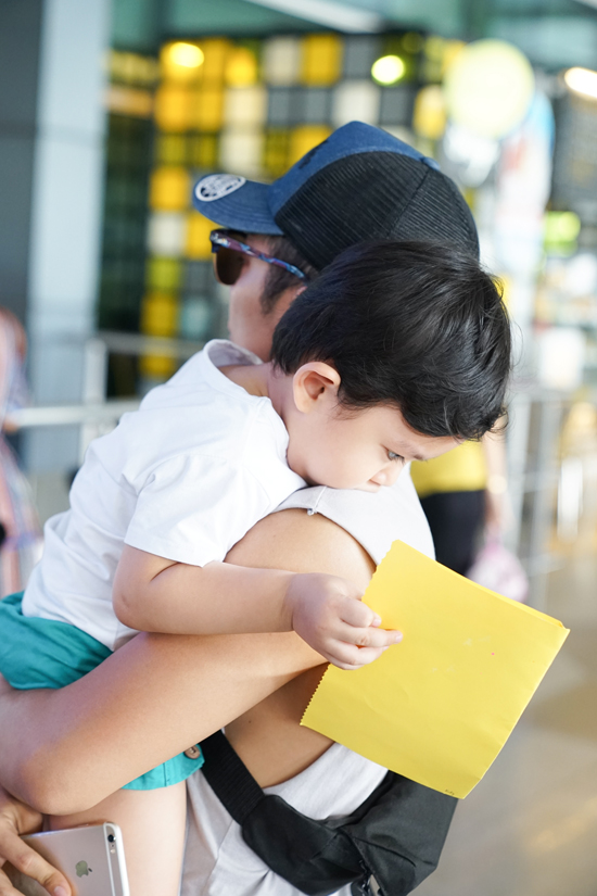 Phan Hiển tiết lộ, Kubi còn mang theo tấm thiệp 20/10 để tặng mẹ. Tấm thiệp được Kubi tự tay làm với sự hướng dẫn của cô giáo mầm non.