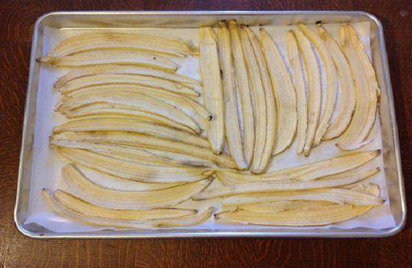 Bạn có thể sấy vỏ chuối bằng lò nướng hoặc phơi khô dưới ánh nắng mặt trời để sử dụng về sau