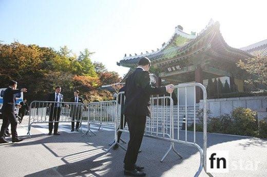Khoảng 9h sáng, hệ thống hàng rào đã được dựng bên ngoài khách sạn. Vị trí đặt hệ thống rào sắt cách cổng chính khách sạn khoảng 2 m, ngay trước cổng vào lễ đường. Ảnh: Fnstar.