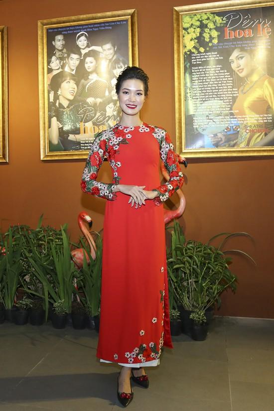 Hoa hậu Thùy Dung e ấp với áo dài đỏ thêu hoa.