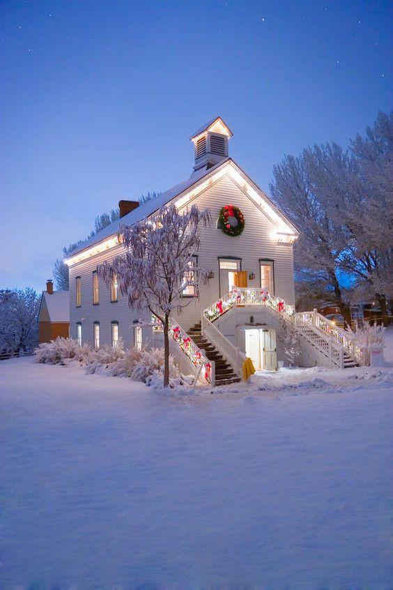 Ánh đèn trang trí mang đến sự ấm áp, vẻ đẹp lung linh huyền ảo cùng với không khí lễ hội cho bất cứ không gian nào và ngôi nhà này không phải ngoại lệ.